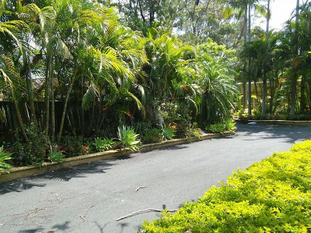 RESORT LIFESTYLE ON 1 ACRE - Ashmore - Apartmen