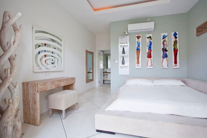 Спальня правая / Right bedroom
