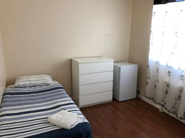 Large single bedroom close to Victoria Station