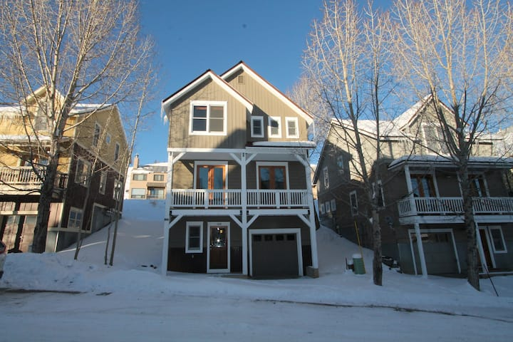 Adorable 3BD/2.5BA stand alone house with garage, pet friendly!
