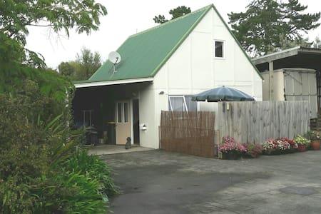 Cozy sun-baked cottage retreat - Dairy Flat - 宾馆