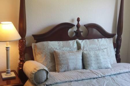 Lovely Room in Quiet Pleasanton Neighborhood!