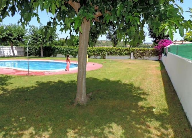 House with barbecue and pool 1 km from the beach