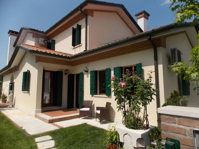 Quiet, Comfortable Apartment near Venice - Benátky - Byt