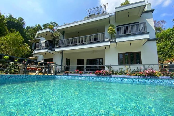LUXURY MUNNAR HOMESTAY WITH POOL(NEAT & CLEAN)
