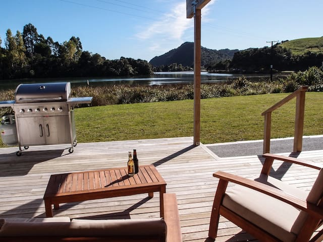 Modern Ligar Bay bach - Private waterfront access