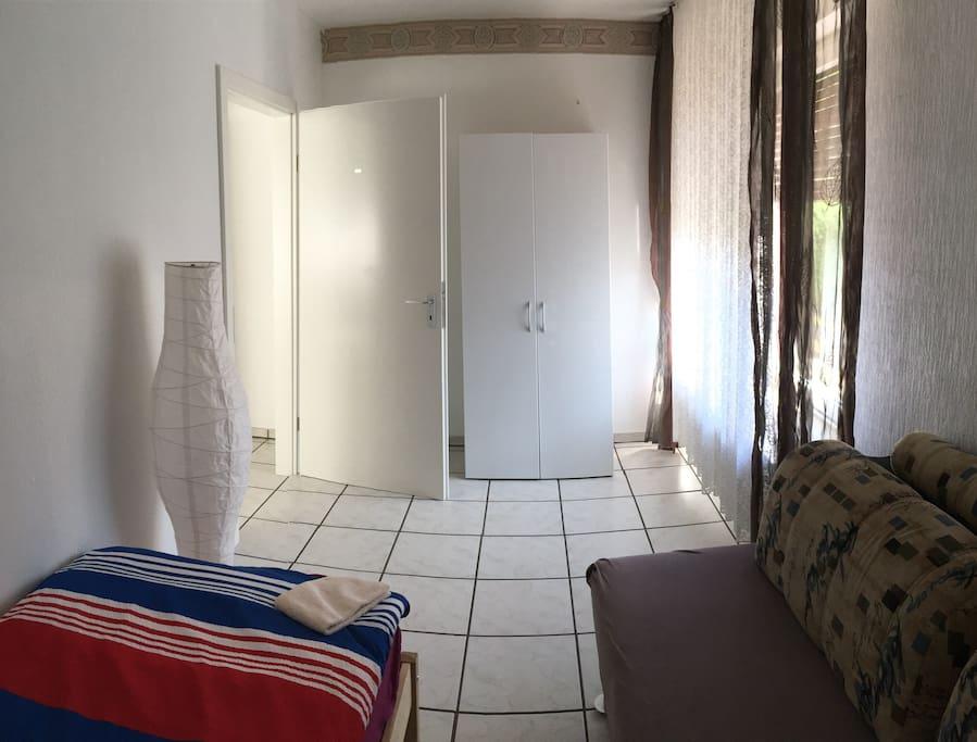Einzelzimmer mit Schrank