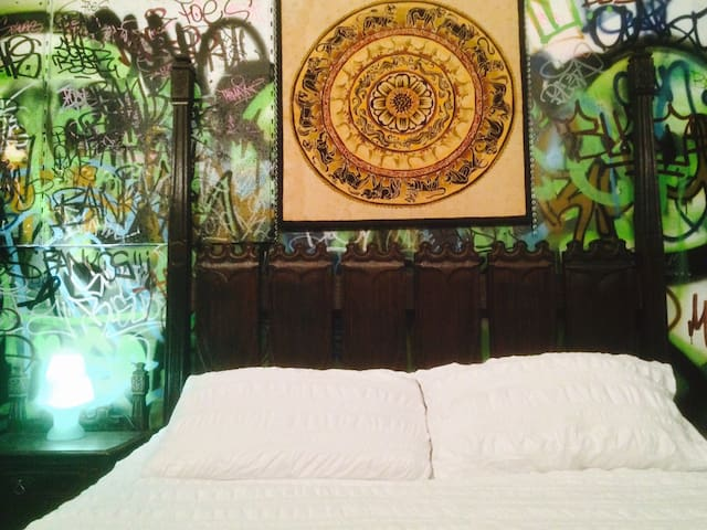 GOTHIC ROOM - AT THE AIRPAD