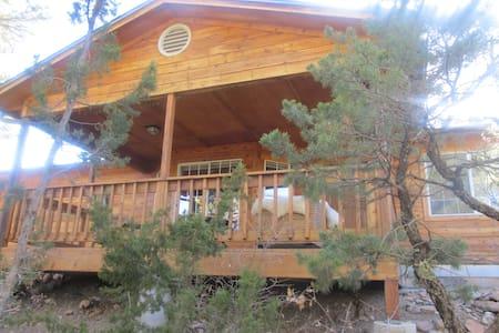 Mountain Hideaway - Cedar Crest - Talo
