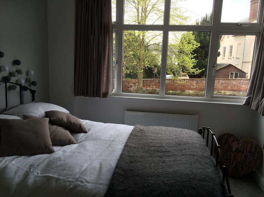 Quiet, tastefully decorated double ensuite bedroom