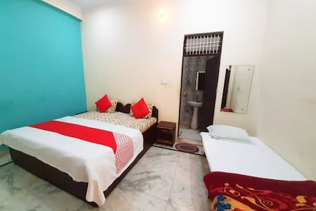 Family Triple Bed Room : Near Taj Mahal
