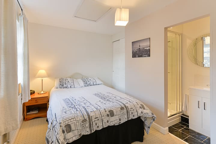 Affordable Double Room with Private Ensuite Shower - Ascot - Casa