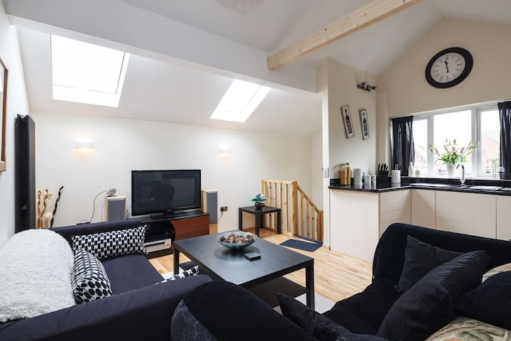 Private Individual Modern Loft, WiFi, free parking - Radcliffe