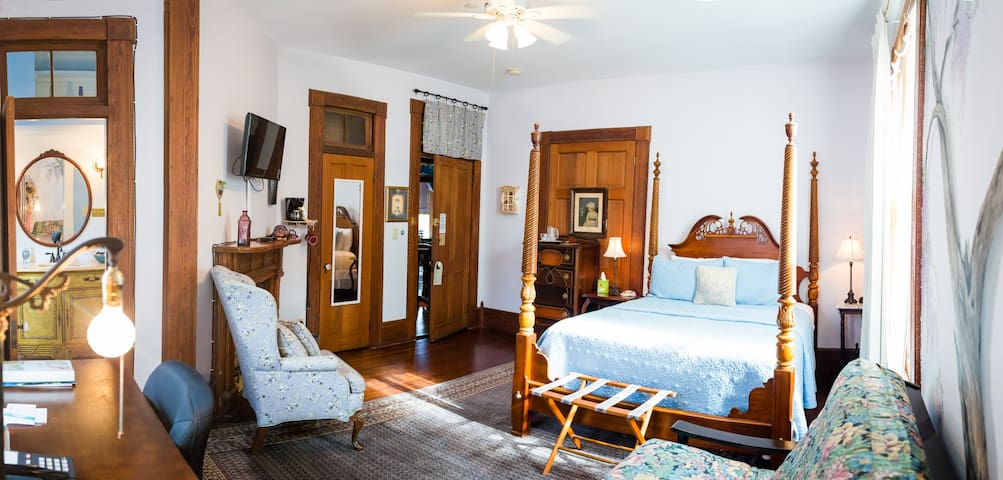 Giovanna Room - Sweetwater Branch Inn