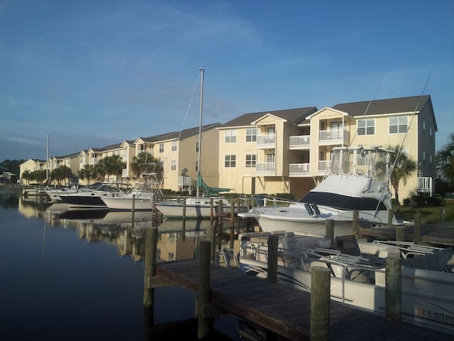 Waterfront Condo with marina views - Ocean Springs - Apartment