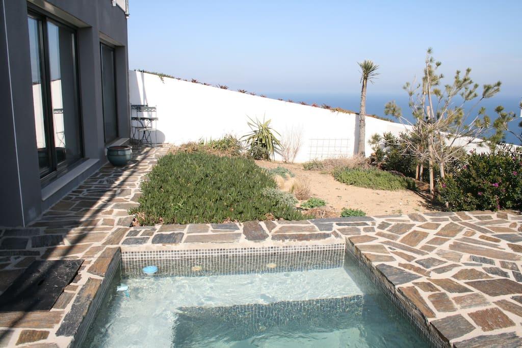 petite piscine privative  premiere baie vitree salon entree