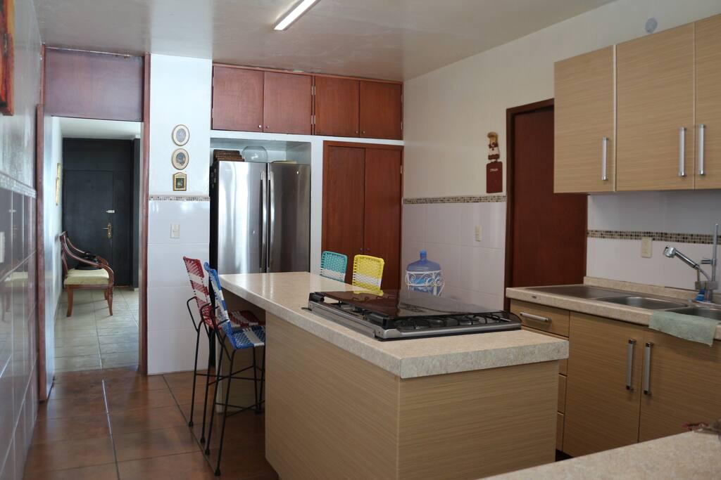 Cocina totalmente equipada con Refrigerador, estufa y eléctricos.