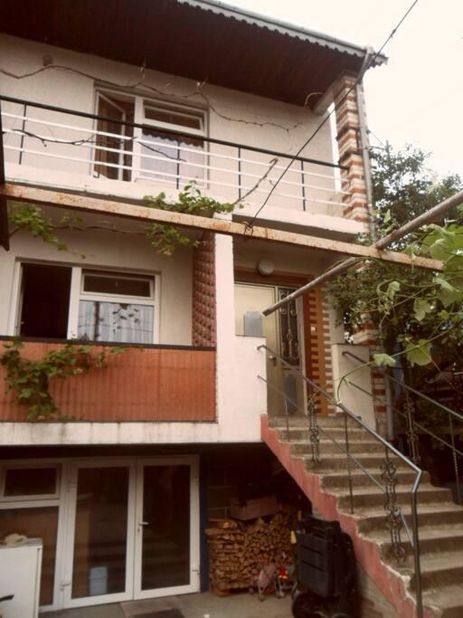 Це наш котедж. Виноград коли достигає його можна коштувати на балконі одразу з лози. Скоро вже достигнуть вишні, до ніх теж можна рукою дотягнутись.