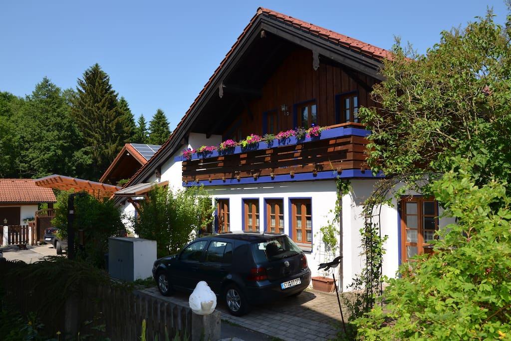 Der Parkplatz vor dem Haus gehört zur Ferienwohnung und rechts vom Haus ist der  Zugang zur Ferienwohnung.