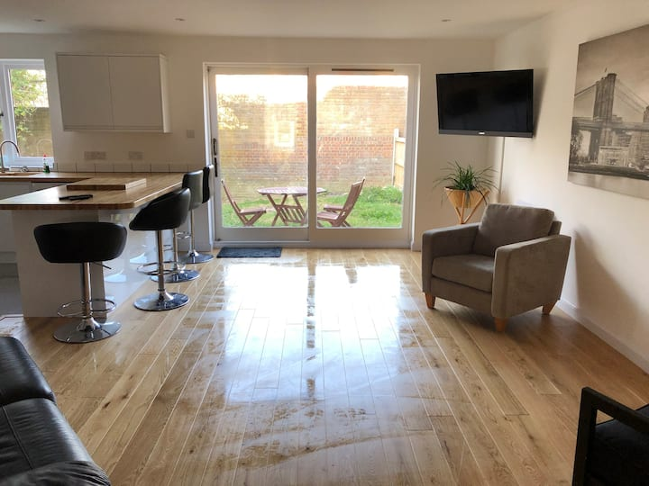 2 Bedroom flat with private garden, immaculate.