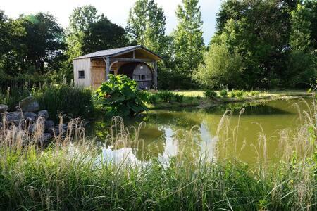 Hébergement insolite/tonneau, au bord d'un étang