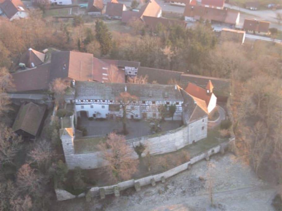 Sie wohnen in dem langen weißen Burg Gebäude mit Blick nach Süden
