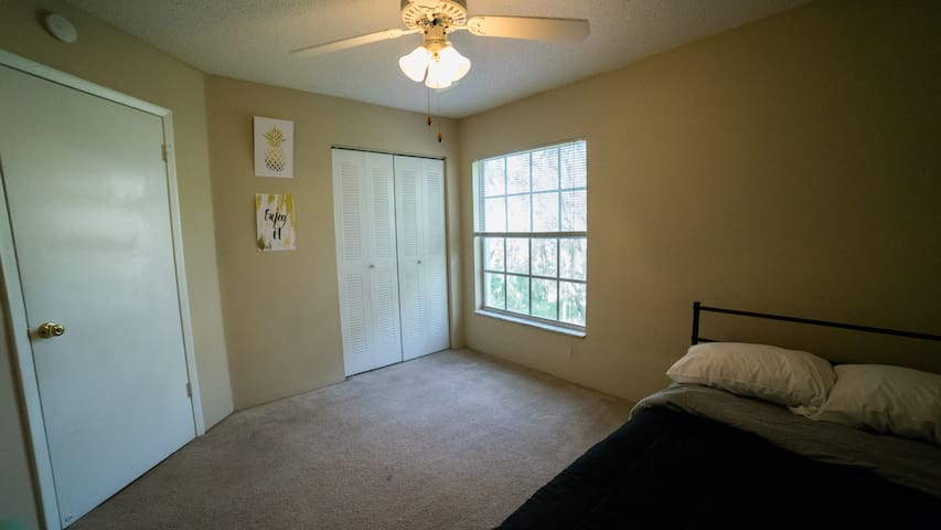 Private bed & bath in Tampa near Busch Gardens
