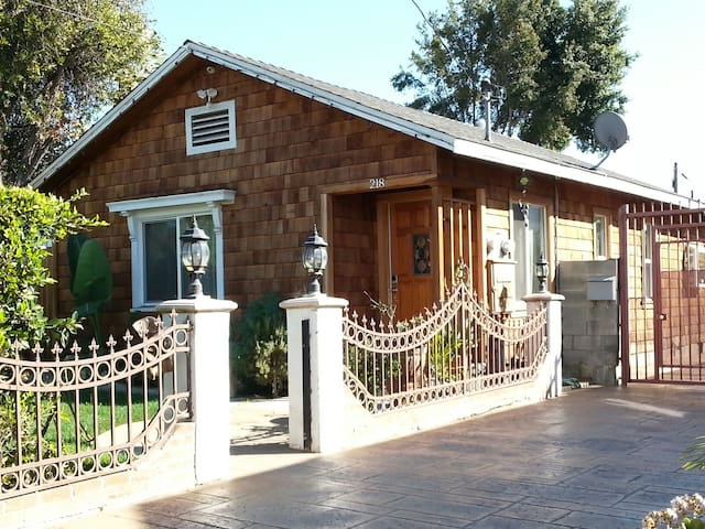 Cozy 2BD craftsman home - Inglewood - Ev
