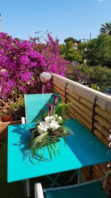 Le balcon avec table pour 2 et petite vue mer