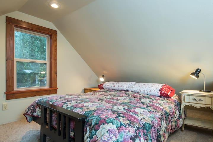 Loft sleeping, queen sized bed