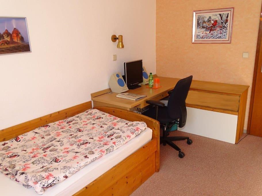 1 Bett, Schreibtisch,Schrank