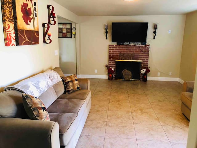 2 Bedroom/1 Bath Located in the Heart of Hanford!