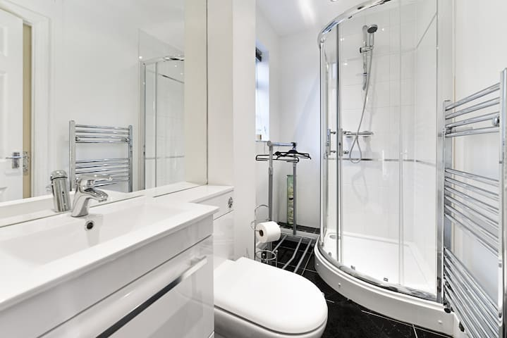 5* Double with Private Ensuite Shower Room - Ascot - Casa