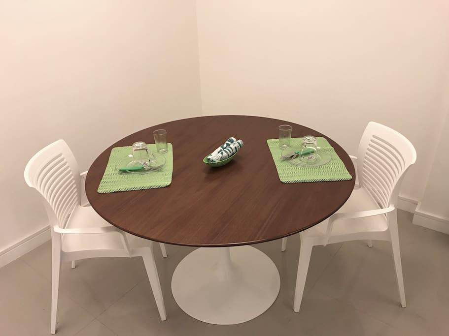 Ótima mesa para fazer refeições ou trabalhar