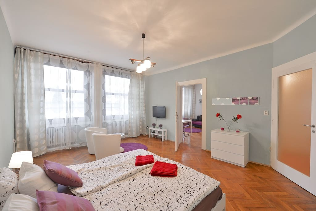 Large bedroom with king size bed and cable TV