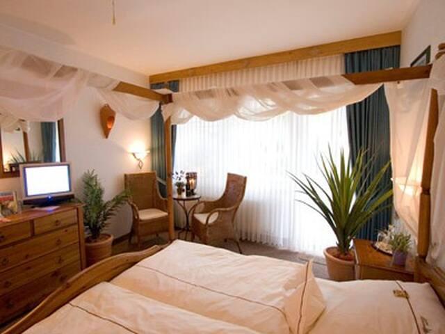 Landhotel Grimmeblick **** (Winterberg/Elkeringhausen) -, Dreibettzimmer Portugal Süd Terrasse DU/WC