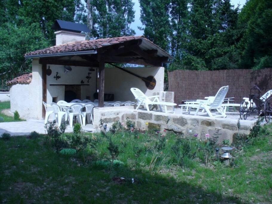 Four à pain, salon de jardin privé