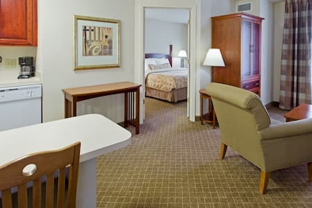 King Suite. Free Breakfast Buffet. Pool. 20 Minutes to Princeton.