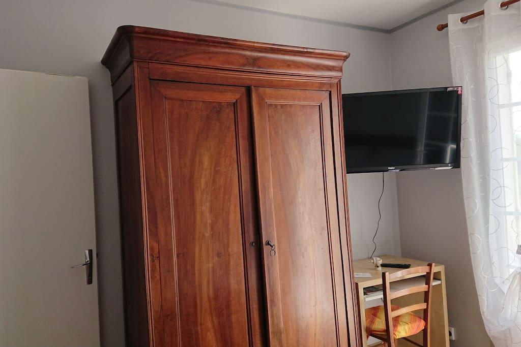 Armoire, bureau et télévision mis à disposition dans votre chambre