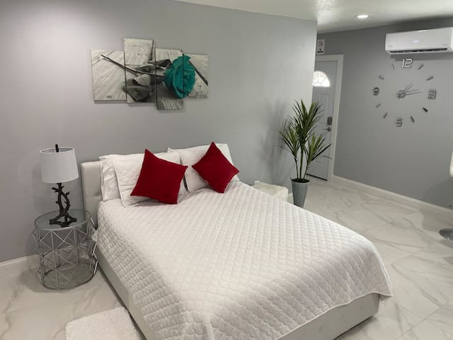 E&D DIAMOND** Modern 15 minutes from the airport.