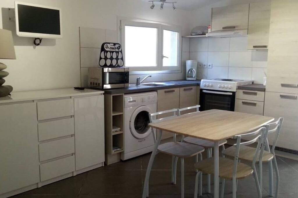 cuisine aménagée : fenêtre donnant sur petite cours privée