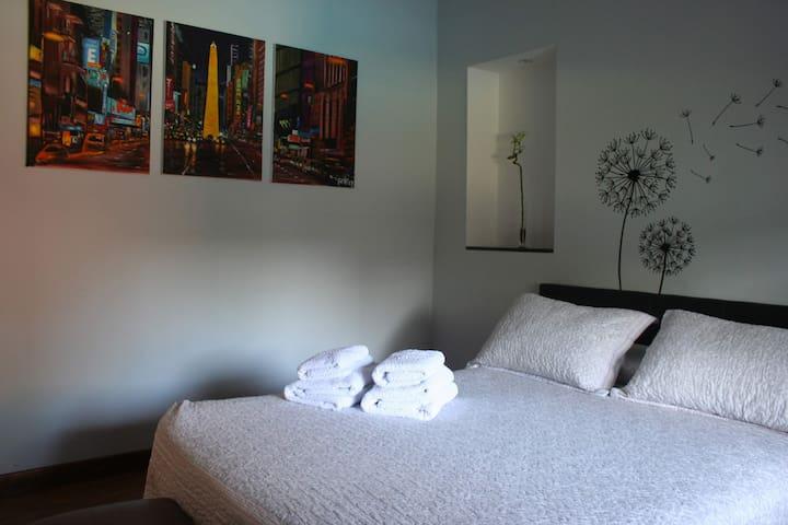 Casa de 2 dormitorios con piscina climatizada.