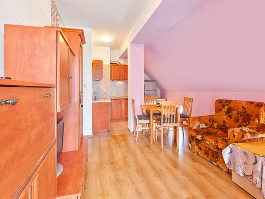 Оригинальная архитектурная отделка потолков и стен позволяет ощутить себя в неординарной обстановке. Справа мягкий раскладной диван и два раскладных кресла.
