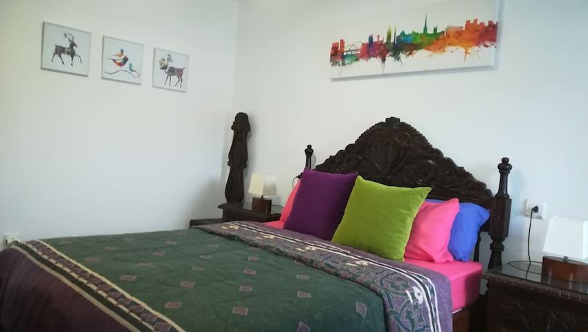 Habitación doble. Incluimos toda la ropa de cama, alfombras al pie de cama, armario con perchas, cajones vacíos en la cómoda y televisión...