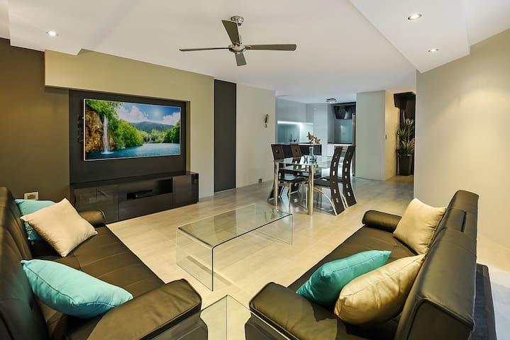 Designer 3 bedroom - 50m to beach - Surfers Paradise - Apartment