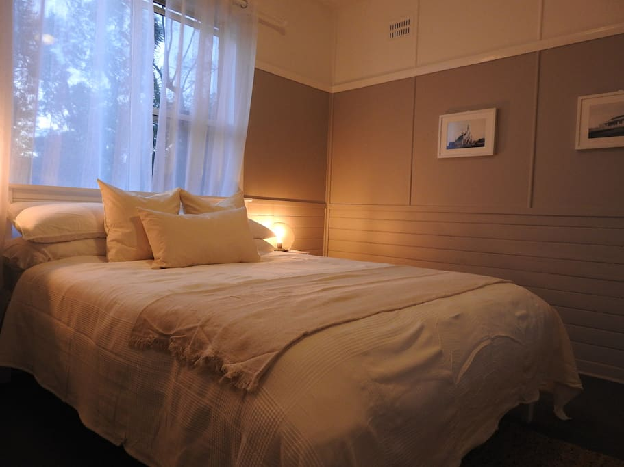 Cinnamon Room- Large Spacious Room with Queen Bed and Period Furniture
