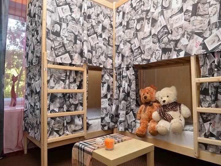 кровать в 8-ми местном мужском номере Тедди-хостел