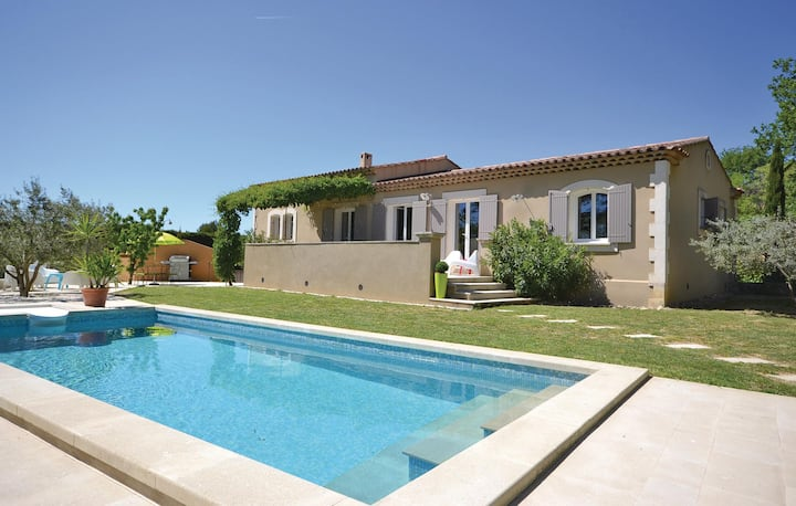 Awesome home in Cadenet with WiFi, Outdoor swimming pool and 3 Bedrooms