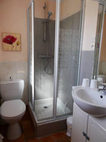 Salle d'eau associée à la chambre lit double