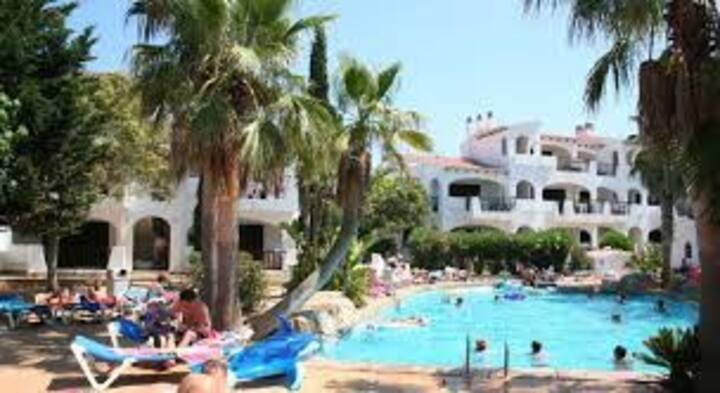 Apart.  con terraza, jardín, piscina junto a cala